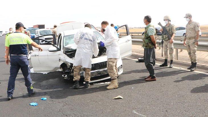 Şanlıurfa'nın Viranşehir ilçesinde Seyir halindeki araç kurşun yağmuruna tutuldu! Baba yaşamını yitirdi, oğlu ağır yaralandı